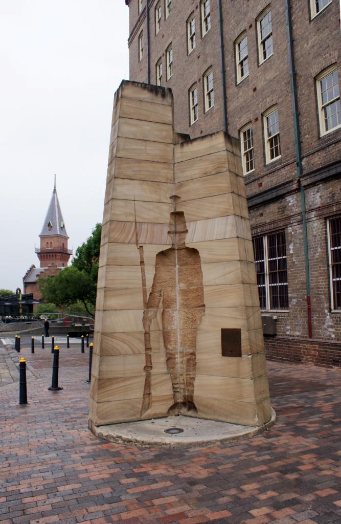 Сидней, скульптура Первые Впечатления (First Impression) на Playfair Street