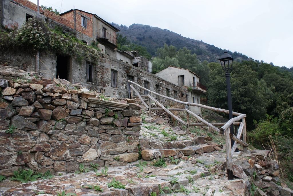 Печальный Рогуди-Веккьо (Roghudi Vecchio)