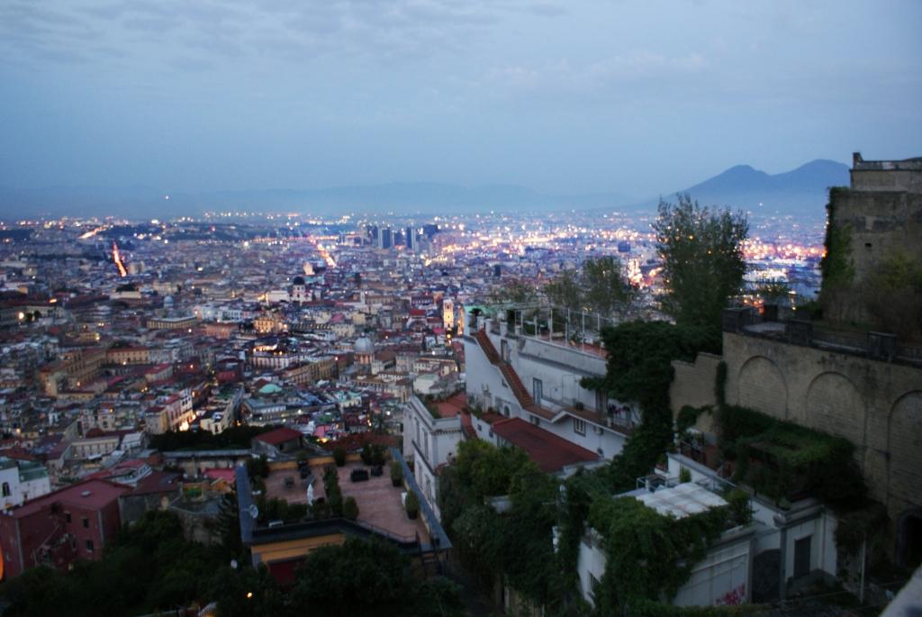 Неаполь в тени Везувия
